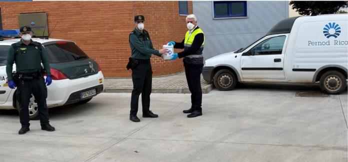 Entrega de gel hidroalchólico a cuerpos de seguidad en las instalaciones de Pernod Ricard España