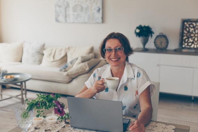 https://www.freepik.es/foto-gratis/mujer-mayor-bebiendo-cafe-sonriendo-casa-camisa-blanca-dia_7983833.htm#page=1&query=PERSONAS%20MAYORES&position=0