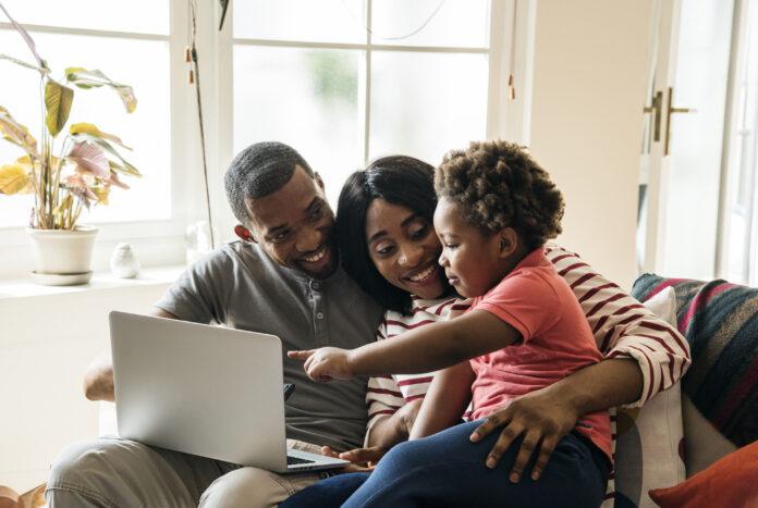 https://www.freepik.es/foto-gratis/familia-africana-pasar-tiempo-juntos_2458022.htm#page=1&query=ni%C3%B1o%20ordenador&position=20